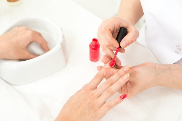 manicure-process-closeup_1385-275