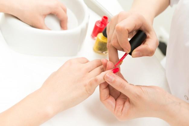 manicure-process-closeup_1385-277
